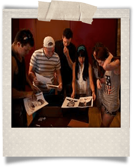 Amigos descifrando escape room